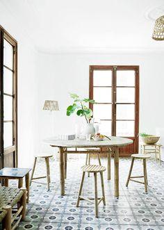 Esta sala de un hogar mallorquín nos encanta por su mobiliario, ventanas, decoración y por su precioso suelo.