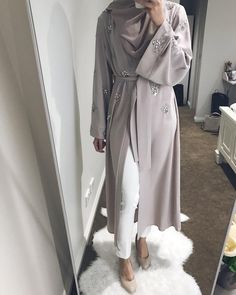 The full look of this gorgeous abaya from 🌸 Casual Hijab Outfit, Hijab Chic, Hijab Dress, Islamic Fashion, Muslim Fashion, Modest Fashion, Eid Outfits, Fashion Outfits, Mode Kimono