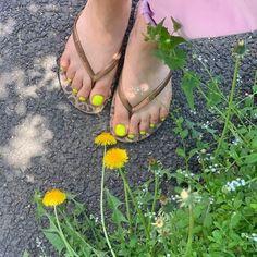 ไอเดียเพ้นท์เล็บเท้าสดใส ดูเซ็กซี่ขี้เล่นแบบสาวเกาหลี IG ddowa_nail Brow Lift, Toe Nails, Flip Flops, Nail Polish, Nail Art, Sandals, Women, Feet Nails, Nail Arts