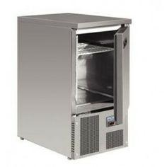 Mostrador frigorífico de una puerta. Mostrador frigorífico con parte superior de acero inoxidable que puede utilizarse como superficie de trabajo. Capacidad para 3 bandejas Gastronorm 1/1 de 100 mm. de profundidad. Compresor y condensador en la parte inferior. Termostato totalmente automático y pantalla digital