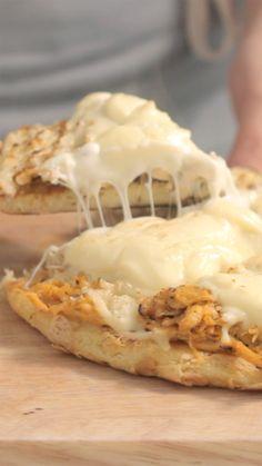 Essa torta de frango de frigideira é uma ótima ideia de refeição prática, fácil e super gostosa.