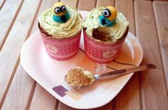 CUPCAKES DE MINIONS Desserts, Food, Sweet Treats, Recipes, Meal, Deserts, Essen, Hoods, Dessert