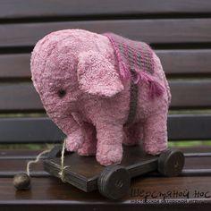 Розовый слон на тележке