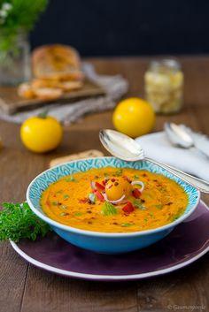 Aromatische Tomaten-Paprika-Suppe, die kalt und warm gegessen werden kann und das perfekte Essen ist, um sich den Sommer auf den Teller zu holen.