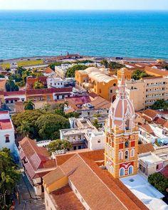 Conozcamos un poco de nuestra historia. ⠀ La vieja ciudad de Cartagena, su centro histórico, esta rodeado por 11 km de muralla (queda 8 km)… Paris Skyline, Instagram, Travel, Barranquilla, Cartagena, Colombia, Cities, Exotic Birds, Centre