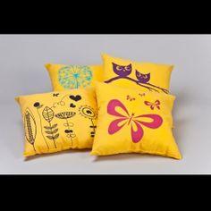 Sárga díszpárna  Ezen csodás, vidám tavaszi motívummal ellátott díszpárnák bármelyike méltó dísze lehet az Ön hálószobájának, nappalijának vagy a gyerekszobának is!