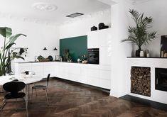 Opplev Mano: Håndtaksfritt, hvitt kjøkken i kul dansk design Kitchen Showroom, Kitchen Interior, Kitchen Decor, Small Kitchen Storage, Open Kitchen, Burford Grey Kitchen, High Gloss Kitchen, Kitchen Models, Kitchen Images