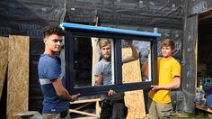 Lucas Vigourou, Martin Ruau und Pierre Lumale (von links) sind Studenten an der Hochschule für Umweltökonomie in der westfranzösischen Stadt Bruz. Sie hatten genug von der Wohnungssuche und bauen sich nun ein Haus auf dem Universitätscampus. Mitte November wollen sie einziehen. | Bildquelle: AFP