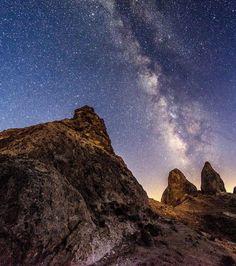 Nächtlicher Himmel mit Milchstraße über felsigem Gebirgsprofil
