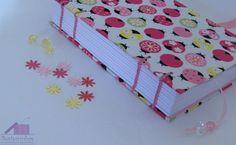 Os cadernos trançados do Besteirinhas são cadernos artesanais feitos a partir de folhas soltas que são furadas e costuradas à mão. Essa forma milenar de encadernação é muito resistente e ainda dá um efeito vis...