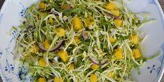 Virkelig lækker spidskålssalat med frisk og sødmefuld mango, og en fantastisk dressing, der passer rigtig godt til.