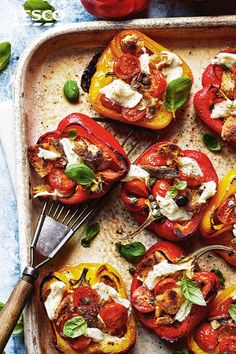 Try these Italian-style stuffed peppers for a healthy al fresco lunch. Roast peppers until soft and caramelised with tomatoes garlic and crispy sourdough then top with creamy mozzarella for a true taste of summer. Veggie Recipes, Vegetarian Recipes, Dinner Recipes, Cooking Recipes, Healthy Recipes, Italian Soup, Italian Dishes, Italian Recipes, Italian Lunch