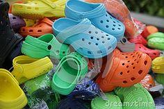 Kleurrijke schoenen of jootis of jutis op verkoop bij een vlooienmarkt