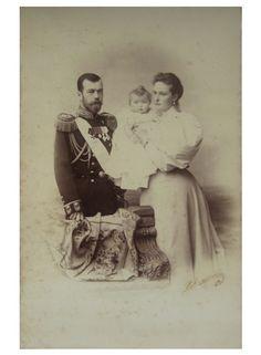 Imperador Nicolau II e Imperatriz Alexandra Feodorovna e sua filha Grã-duquesa Olga, cerca de 1896.