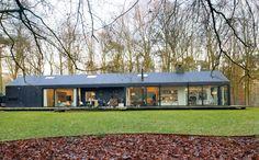 Cette maison d'architecte vitrée et fonctionnelle est intégrée dans la forêt - PLANETE DECO a homes world Landscape Design, Garden Design, House Design, Modern Barn House, Green Environment, Seasons Of The Year, Architecture, Terrace, Mansions