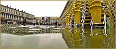 Acqua Alta Venise 1er Nov. 2012: Chaises et tables empilées sur la place Saint-Marc, dans le Sestier de San Marco à Venise.