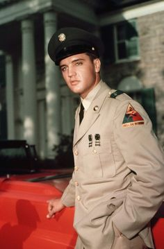 Many celebrities served their country in the Armed Forces, but none wasmore publicized than that of Elvis Presley. Here's a gallery of some rarely seen pictures of Elvis covering his two years in the Army. Priscilla Presley, Lisa Marie Presley, Classic Hollywood, Old Hollywood, Beautiful Men, Beautiful People, Elvis Presley Photos, Mae West, Actrices Hollywood