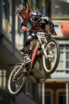 Crazy Amazing Awesome non stop extreme sports action and death defying acts! Mtb Bike, Bmx Bikes, Road Bike, Mtb Downhill, Velo Dh, Freeride Mtb, Montain Bike, Rollers, Bike Photography