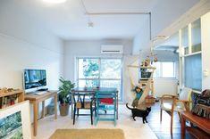 洋室と和室の間にあった大きな収納を取り去り、LDと寝室をつなげた。広がりが生まれ、採光も通風も十分。ハンモックや椅子やオモチャが、白いインテリアに彩りを与えている。「ルーヴィス」のリノベーション事例「築52年の公団住宅を最小限の工事で コンパクトにリノベーション」
