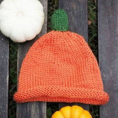 Knit this easy pumpkin hat for baby! (Free pattern)