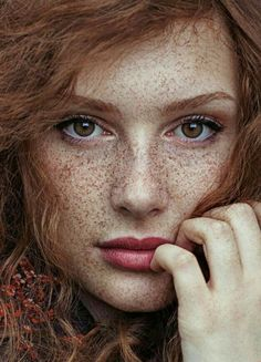 Beautiful Freckles Freckles are often found on people with fair complexions, such as people with red hair. Because people with paler skin generally have less melanin, which Beautiful Freckles, Stunning Redhead, Beautiful Red Hair, Beautiful Eyes, Beautiful Women, Gorgeous Redhead, Most Beautiful Faces, Beautiful Children, Beautiful People