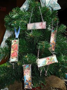 My stuff, my life: Microscope Slide Ornaments - tutorial -- I have always wanted to do this with old family photos for Christmas ornaments for the tree. All Things Christmas, Christmas Holidays, Merry Christmas, Woodland Christmas, Christmas 2017, Winter Holidays, Microscope Slides, Handmade Christmas Decorations, Handmade Ornaments