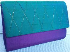 Carteira nellfernandes pequena em tafetá de seda púrpura e aba em seda verde com matelassê dourado. Tamanho: 21 x 14 - R$160,00.
