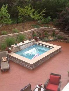 10- spa avec cascade d'eau. Note cover built in. A few feet above ground