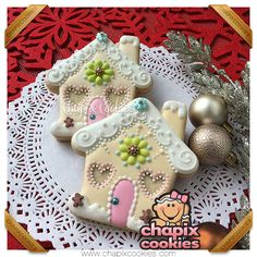 Christmas gingerbread house cookies in sweet, non-traditional pastels by Chapix Cookies Super Cookies, Fancy Cookies, Iced Cookies, Cupcake Cookies, Cupcakes, Almond Cookies, Chocolate Cookies, Christmas Gingerbread House, Gingerbread Cookies