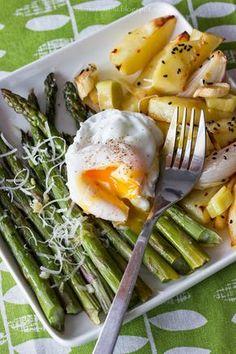 pieczone szparagi z ziemniakami i jajkiem w koszulce