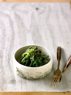 This Japanese side dish is one of the most popular accompaniments to a home-style meal. You can grind the sesame as coarsely or as finely as you like. Japanese Side Dish, Japanese Food, Japanese Recipes, Japanese Treats, Veg Dishes, Vegetable Dishes, Side Dishes, Izakaya Recipe, Vegetarian
