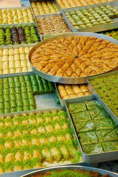 Like the placement of baklava in the circular pan. Gorgeous assortment of Baklava Kurdish Food, Iranian Food, Iranian Cuisine, Lebanese Recipes, Turkish Recipes, Romanian Recipes, Scottish Recipes, Istanbul Food, Istanbul Turkey