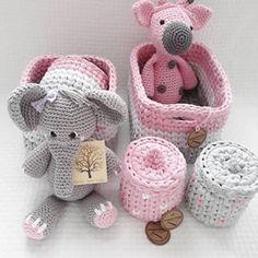 Kit higiene 05peças + tapete 1metro + amigurumis elefantinha e girafinha!!😍😍 perfeito! Muito obrigada @alexandreerose por escolher a Panzita!!💝💝💝 Crochet Unicorn Pattern, Crochet Basket Pattern, Crochet Patterns, Diy Crochet, Crochet Baby, Kit Bebe, Baby Kit, Everything Baby, Embroidered Flowers