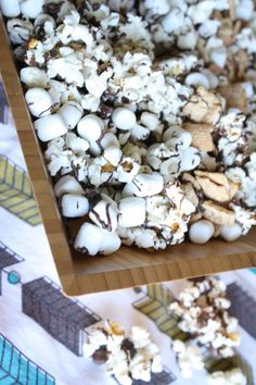 S'mores popcorn, mix marshmallows and melted chocolate with popcorn YESSS Popcorn Recipes, Baby Food Recipes, Snack Recipes, Dessert Recipes, Yummy Snacks, Yummy Treats, Delicious Desserts, Sweet Treats, Popcorn Mix