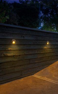 Wil jij een echt unieke lamp voor op jouw muur of schutting? Kies dan de Kuma wandlamp van Lightpro. de schijnrichting van deze wandlamp geeft jouw tuin direct een luxe sfeer! | Lightpro | 12 volt tuinverlichting | wandlamp | lichteffect | Hardwood Floors, Flooring, Outdoor Spaces, Home And Garden, House, Wood Floor Tiles, Outdoor Living Spaces, Wood Flooring, Home