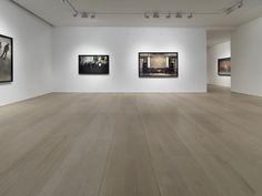 Die britische Kunsthändlerin Victoria Miro eröffnete im Jahr 1985 ihre erste Galerie in London und führt dort heute zwei Galerien. Die eine ist in einer ehemaligen Möbelfabrik im Nordosten Londons untergebracht, die andere im eher intimen Ambiente eines hübschen viktorianischen Hauses im Westlondoner Mayfair. Drinnen erwartet den Besucher ein ungewöhnliches, minimalistisches Interieur, in dem großer …