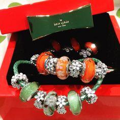 Pandora daisies and Disney Tinkerbell glow in the dark Murano charms. Pandora Beads, Pandora Bracelet Charms, Pandora Jewelry, Pandoras Box, Jewelry Branding, Daisy, Flower Jewelry, Origami Owl, Craft Storage