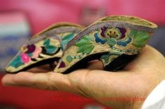 lotus shoes for bound feet of Chinese (Han) women of Qing dynasty China. Chinese Embroidery, Chinese Clothing, Ancient China, Chinese Culture, Crazy Shoes, Asian Style, Fashion History, Vintage Images, Beautiful Women