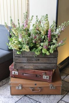 vintage suitcases - vintage apple crates - vintage flowers - www.thevintagehire.com