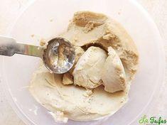 Această rețetă de înghețată se prepară la blender, fără foc. Este 100% vegetală, sănătoasă și foarte gustoasă. Are o consistență fină și cremoasă, datorită bananelor și