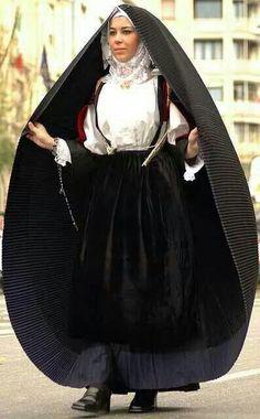 so impressive => Costume di Sennori Historical Costume, Historical Clothing, Costumes Around The World, Ethnic Outfits, Beautiful Costumes, Folk Costume, World Cultures, Traditional Dresses, Costume Design