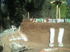 Seguimos levantando el muro perimetral del #Quincho con #Ecoladrillos amarrados, malla galvanizada, y mezcla de tierra con alfalfa seca y agua 008