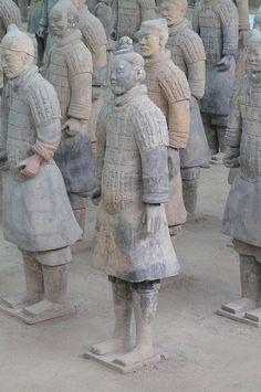 Guerreros de terracota.  Aproximadamente años 210-209 a. C. Modelados. Al parecer los cuerpos son por técnica indirecta mediante moldes, pero las cabezas por técnica directa y al ser realizadas con terracota son con técnicas aditivas.