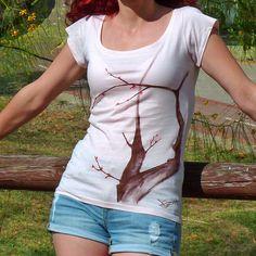 """Sobre el """"lienzo"""" rosa, se nos ocurrió pintar la corteza del arbol de color marrón en vez de negro. Creo que fue todo un acierto, me encanta el ligero contraste que consigue. #camisetas #tshirts www.artaliquam.com"""