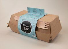 Дизайнер из Австралии, Brigid Whelan, разработал Picnic Box — дизайн, оформление и упаковку в виде передвижного фургончика, который способствует формированию здоровых привычек питания. Picnic Box призывает людей выйти на улицу в свой обеденный перерыв и насладиться питательной едой и сделать необходимый перерыв от стресса на их рабочем месте. Для упаковки еды Brigid Whelan предлагает коробку из микрогофрокартона оригинальной конструкции. Для того чтобы ее закрыть на углах дна и крышки…