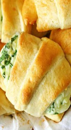 These Cheesy Spinach Crescents are an easy snack to serve for holidays. Light & fluffy crescent rolls loaded with melted cheese & spinach are delicious. Full Chicken Recipes, Cresent Rolls, Breakfast For A Crowd, Crescent Roll Recipes, Appetizer Recipes, Spinach Appetizers, Quiche Recipes, Spinach Recipes, Spinach And Cheese