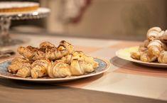 Resistere alla friabilità dei croissant è davvero difficile, ma diventa davvero impossibile quando a si trasformano in una versione mini con un ripieno al cioccolato! Il dettaglio che ve li farà piacere ancora di più? Sono velocissimi da preparare!  Preparazione: Tagliate la pasta sfoglia in 12 spicchi. Mettete due pezzetti di cioccolato su metà spicchi. Sull'altra metà mettete un cucchiaino … Continued