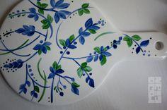 Tabla (para quesos) de porcelana, pintada a mano. Diseño exclusivo de ROJOCIAN.