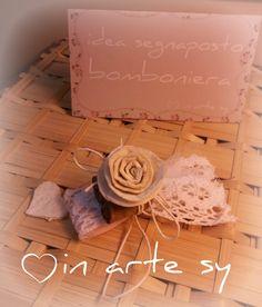 Bomboniera segnaposto realizzata a mano con rose in finto feltro. Handmade shabby wedding favor with rose.