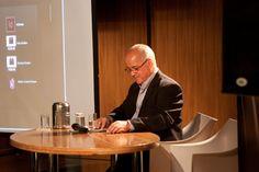 Antonio Lapa, Diretor da EPYX Soluções Editoriais, faz anotações durante apresentação de Alessandro Fonseca, Gerente de Contas da Adobe. Foto: Patrícia Bruni.